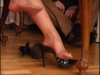 dark brown milf in pantyhose acquires her feet