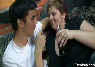 he screws fat babe in the pub